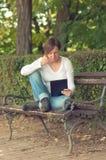 Vrouw die digitale tabletcomputer met behulp van Royalty-vrije Stock Afbeeldingen