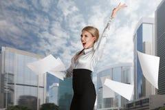 Vrouw die document pagina's werpen royalty-vrije stock afbeelding