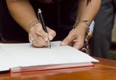 Vrouw die documenten ondertekenen Royalty-vrije Stock Foto's