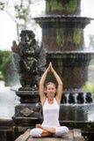 Vrouw die doend yoga mediteren Stock Fotografie