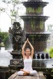 Vrouw die doend yoga mediteren Royalty-vrije Stock Afbeelding