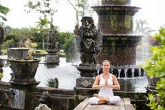 Vrouw die doend yoga mediteren Royalty-vrije Stock Foto