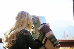Vrouw die door beeldzoeker kijken Stock Foto