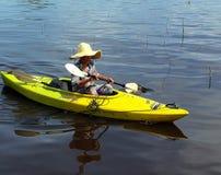 Vrouw die door Boot in Meer reizen Stock Foto