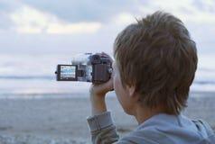 Vrouw die door camcorder ontspruit royalty-vrije stock foto