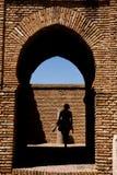 Vrouw die door de gateway in kasteel Alcazaba gaat Royalty-vrije Stock Afbeeldingen