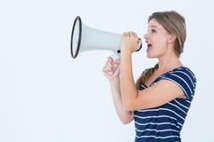 Vrouw die door een luidspreker spreken stock afbeeldingen