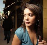 Vrouw die door een misdadiger wordt beslopen Royalty-vrije Stock Afbeelding