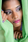 Vrouw die door gordijn gluurt stock fotografie