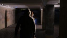 Vrouw die door misdadiger met mes bij nacht worden achtervolgd stock videobeelden