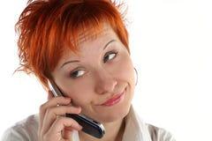 Vrouw die door mobiel spreekt royalty-vrije stock afbeelding