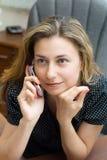 Vrouw die door mobiele telefoon spreekt Royalty-vrije Stock Foto's