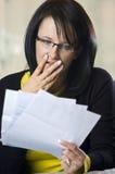 Vrouw die door rekeningen met afschuw wordt vervuld royalty-vrije stock afbeeldingen
