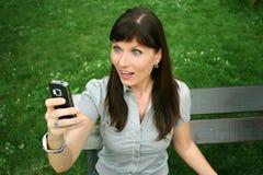 Vrouw die door sms wordt verrast royalty-vrije stock afbeelding