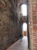 Vrouw die door steeg in Sienna Italy lopen Royalty-vrije Stock Foto's
