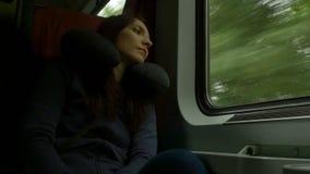 Vrouw die door trein reizen stock footage