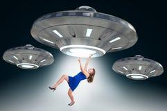 Vrouw die door UFO worden ontvoerd - vreemd abductieconcept stock foto's