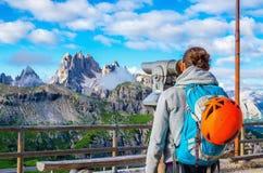 Vrouw die door verrekijkers, Dolomiet, Italië kijken Royalty-vrije Stock Afbeeldingen