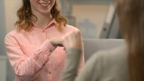 Vrouw die dove vriend om gang, gesprek in asl, slechthorende mensen vragen stock video