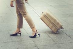 Vrouw die dragend een koffer lopen Royalty-vrije Stock Afbeeldingen