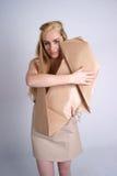 Vrouw die ecohond koestert Royalty-vrije Stock Foto's