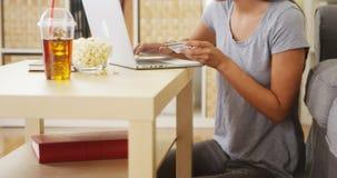 Vrouw die een aankoop online maken royalty-vrije stock afbeelding