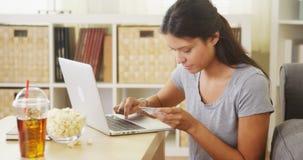 Vrouw die een aankoop online maken royalty-vrije stock foto