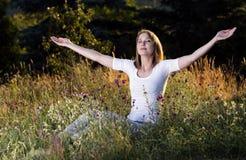 Vrouw die een adem neemt Stock Foto's
