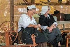 Vrouw die een antieke spinmachine met behulp van aan de draad Royalty-vrije Stock Fotografie
