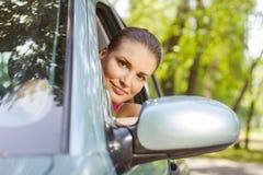 Vrouw die een auto drijft stock afbeelding