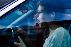Vrouw die een auto drijft stock foto's