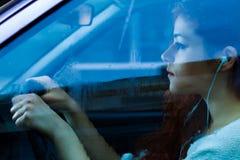 Vrouw die een auto drijft stock fotografie