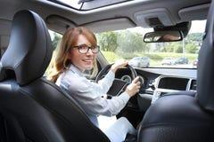 Vrouw die een auto drijft royalty-vrije stock foto