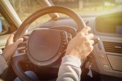 Vrouw die een auto, mening erachter drijven van Royalty-vrije Stock Fotografie