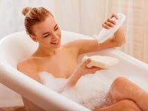 Vrouw die een bad neemt royalty-vrije stock afbeeldingen