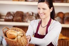 Vrouw die in een bakkerij werkt stock foto's