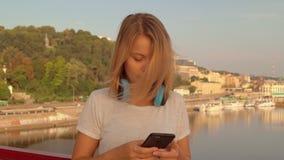 Vrouw die een bericht op haar telefoon typen stock video