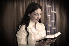 Vrouw die een bijbel leest royalty-vrije stock fotografie