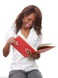 Vrouw die een boek houdt stock afbeelding