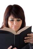 Vrouw die een Boek leest Royalty-vrije Stock Foto's
