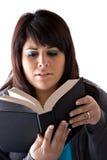 Vrouw die een Boek leest Royalty-vrije Stock Fotografie