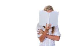 Vrouw die een boek leest Stock Afbeelding