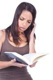 Vrouw die een boek leest Royalty-vrije Stock Afbeelding