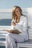 Vrouw die een boek lezen stock afbeeldingen
