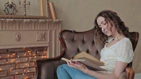 Vrouw die een boek lezen stock footage