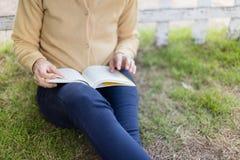 Vrouw die een boek lezen Royalty-vrije Stock Foto's