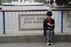 Vrouw die een boek lezen door de Theems, Londen, het UK Royalty-vrije Stock Foto's