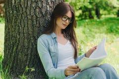 Vrouw die een boek in park lezen Royalty-vrije Stock Foto