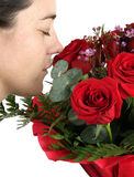 Vrouw die een boeket ruikt Royalty-vrije Stock Afbeeldingen
