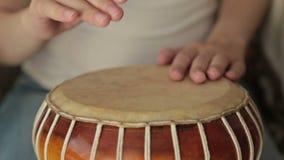 Vrouw die een bongo bonzen stock video